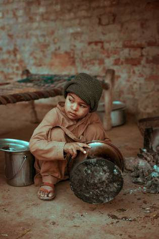 02-hunger-Photo-by-Muhammad-Muzamil-on-Unsplash LR